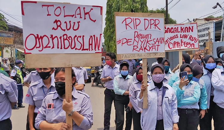 "Hundreds of thousands demonstrated in Indonesia to protest new anti-labor law passed Oct. 5. Sign at left reads, ""Reject the Omnibus Law,"" which makes it easier for bosses to fire workers, avoid paying holiday pay."