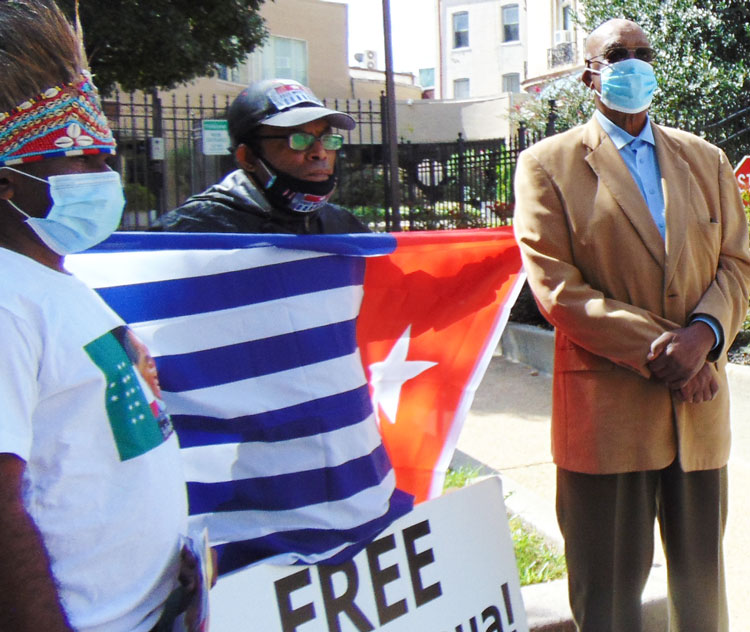Omari Musa, right, SWP candidate for delegate to U.S. Congress from D.C., at Sept. 30 protest there in solidarity with people of West Papua against deadly Indonesian government attacks.