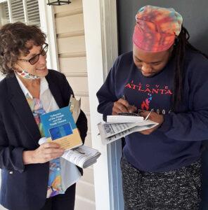 """""""Control obrero de la producción. ¡Me gusta eso!"""" dijo David Wilkerson (der.), a candidata del PST para el Senado Rachele Fruit el 21 de nov. en Dallas, Georgia, después de leer programa de acción. Se suscribió al Militante."""