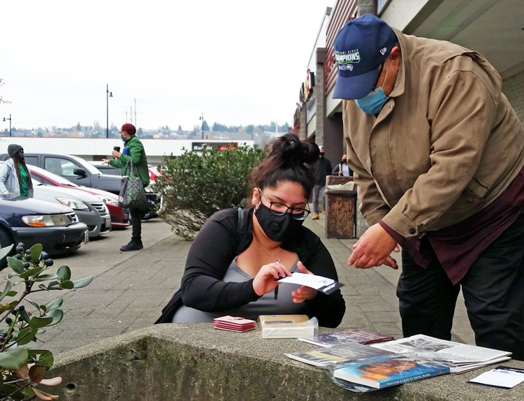 Alexandria Negrete subscribes to <i>Militant</i> in Walmart parking lot in Renton, Washington, Nov. 22 after John Naubert told her SWP fights for workers to forge our own party, a labor party.