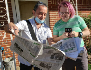 "Gerardo Sánchez discusses Militant, SWP action program with Jamie Cates, in Kaufman, Texas, Dec. 10. Her husband, Samuel, said, ""It's hard to find a paper like this,"" and they subscribed."