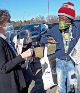 Walmart worker Kywaun Lewis talks with Rachele Fruit, SWP candidate for US Senate, in Carrollton, Georgia, Dec. 5.