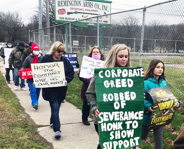 Obreros de Remington Arms marchan el 5 de diciembre en Ilion, NY, para exigir indemnización y pago de vacaciones tras bancarrota de empresa. Participaron enfermeras de Albany.