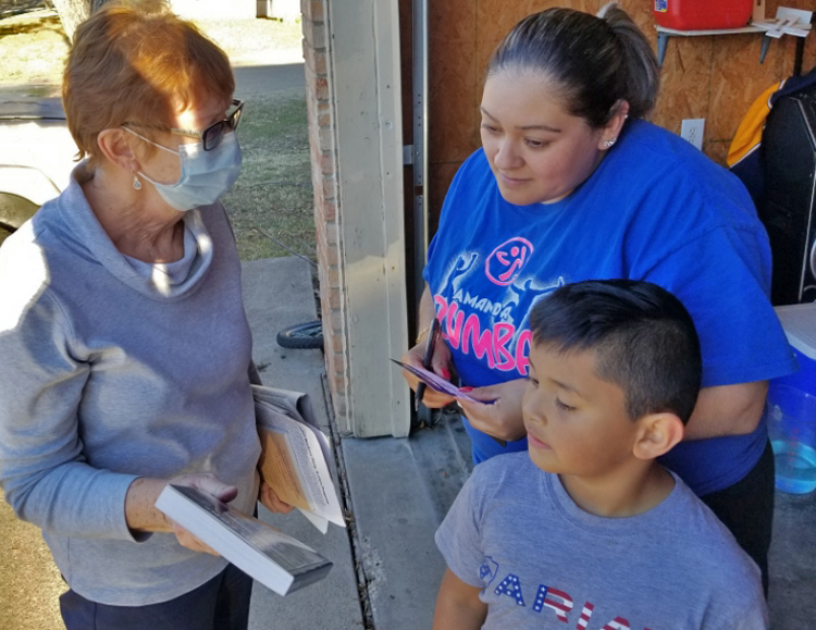 Factory worker Daniela Veloz subscribed to Militant after Alyson Kennedy, left, knocked on her door in Ennis, Texas, Jan. 4. Socialist Workers Party is building on success of its work last year to continue campaigning among working people in cities, towns and farm areas.