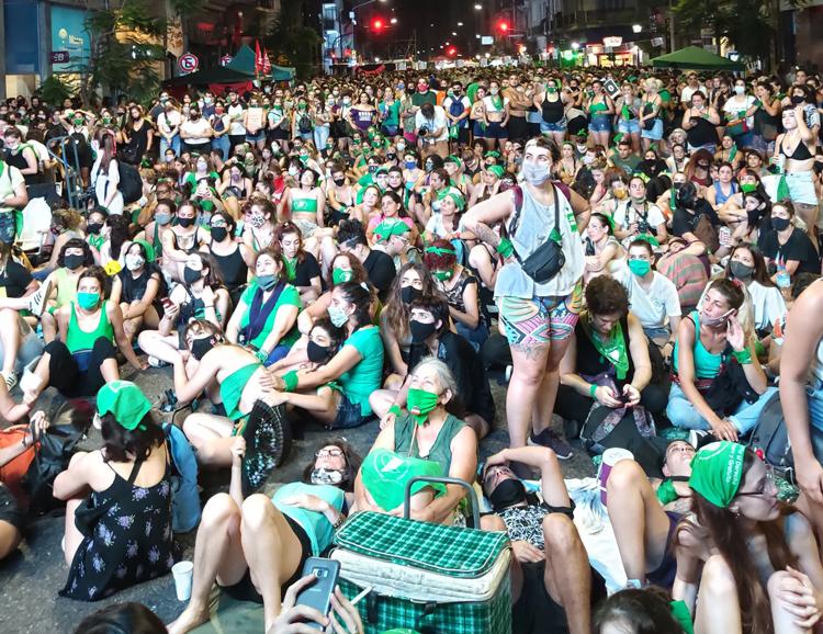 Decenas de miles de partidarios de los derechos de las mujeres participan en manifestación el 30 de diciembre en Buenos Aires, Argentina, mientras Senado debatía y votaba sobre ley para la legalización del aborto.