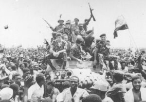 Internacionalistas cubanos (arriba), celebran con angolanos en 1975 su recién ganada independencia. Por 15 años, combatientes cubanos, angolanos y namibios lucharon para derrotar las invasiones sudafricanas. Hernández encabezó un pelotón de cubanos y angolanos en 1989-90.