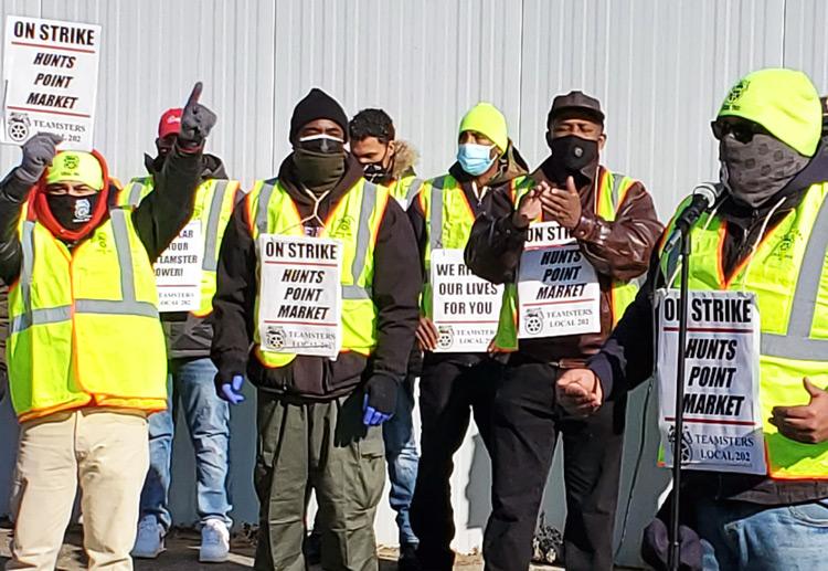 Mitin en mercado Hunts Point en Nueva York el 17 de enero en primer día de huelga de 1,400 miembros de sindicato Teamsters. Su demanda por aumento de $1 por hora es muy popular.