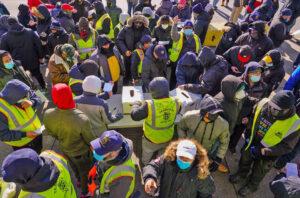 Tras huelga de una semana, más de mil miembros del sindicato Teamsters en mercado de frutas y vegetales en Nueva York, votaron el 23 de enero a favor de contrato que incluye aumentos.