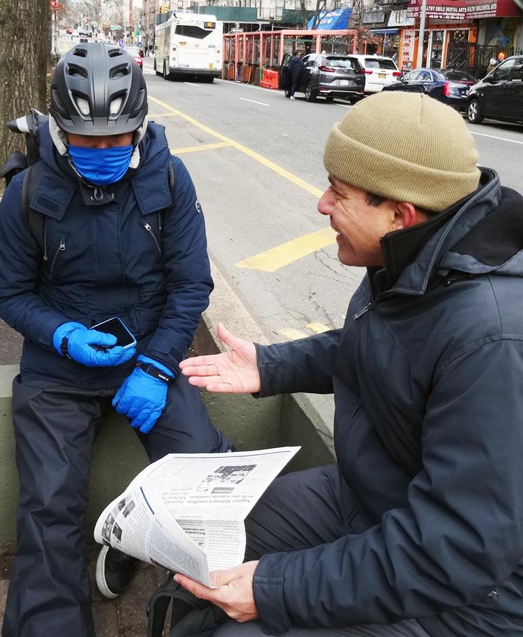 """Candidato del PST para alcalde de Nueva York Róger Calero habla con """"deliverista"""", uno de los 80 mil repartidores de comida que trabajan en la ciudad, 17 de enero."""