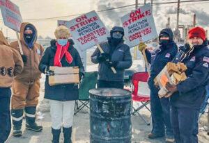 Presidenta de la Asociación de Enfermeras de Minnesota entrega donativo de leña para los trabajadores en lucha contra cierre patronal de Marathon Petroleum en St. Paul Park, Minnesota.