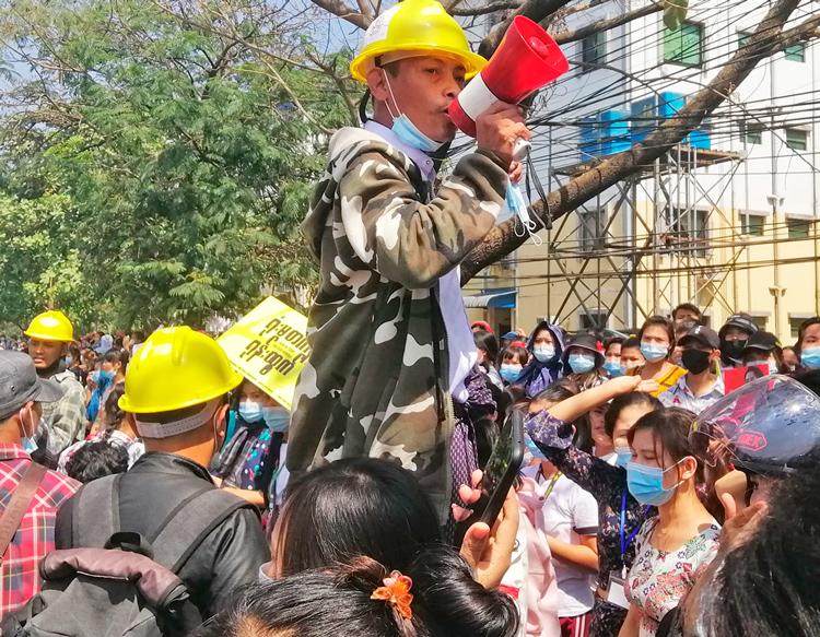 Trabajadores en zona industrial Shwepiythar en Yangon protestan el 17 de feb. contra golpe militar y por mejores condiciones laborales. Trabajadores, uniones están al frente de protestas contra golpe.