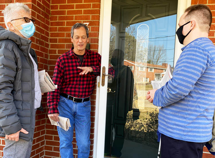 Maggie Trowe, SWP candidate for Louisville mayor, and Dave Perry, right, discuss need for workers to organize themselves, with Gary Fabre at his home in Florence, Kentucky, Feb. 27.