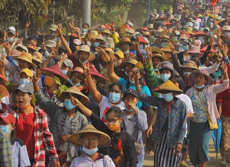 Protesta el 10 de marzo en Katha, pueblo rural de 27 mil personas, en la frontera de las regiones étnicas Kachin y Shan, parte de las huelgas y protestas en Myanmar contra golpe militar.