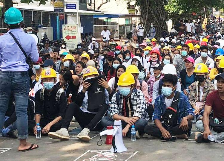 Protesta en municipio de Thanlyin, en la periferia de Yangon, 15 de marzo, un día después que el régimen mató a 71 personas. La brutalidad de la junta no ha logrado apagar las protestas.