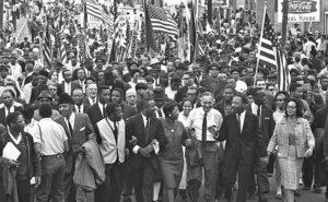 Manifestantes cruzan puente Edmund Pettus al salir de Selma, el 21 de marzo de 1965, tras victoria en lucha para marchar a la capital estatal en Montgomery. Recuadro, días antes, agentes del sheriff atacan a manifestantes en Montgomery. Segundo de la derecha es John Studer, director actual del Militante, quien fue desde Ohio para unirse a las históricas protestas.