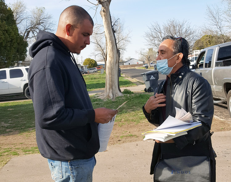 In Amarillo, Texas, April 1, roofer Marcos Mendoza, left, told Gerardo Sánchez, SWP candidate for Dallas City Council, that bosses take advantage of undocumented workers to pay them lower wages. SWP fights for amnesty for all immigrant workers in the U.S., Sánchez said.