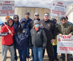 Miembros del Local 722 del sindicato automotriz UAW de Hudson, Wisconsin, se unen a línea de piquetes de trabajadores de Marathon el 28 de marzo en St. Paul Park, Minnesota. Steve Frisque, tercero de la derecha, presidente del Local 722, envió mensaje de solidaridad.