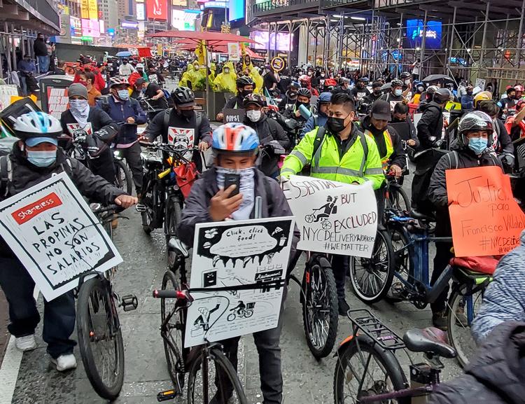 """Repartidores de comida marchan en Nueva York el 21 de abril. """"Las empresas dicen que trabajar para ellos es una gran oportunidad, pero apenas estamos sobreviviendo,"""" dijo uno de ellos."""