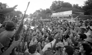 """Fidel Castro, left, addresses crowd in Colón, Cuba, Jan. 7, 1959, as Freedom Caravan crosses Cuba on way to Havana after overthrow of U.S.-backed dictator Fulgencio Batista. Cuba's socialist revolution, along with struggle to bring down Jim Crow segregation, helped us """"understand the kind of revolutionary transformation of ourselves necessary to defeat capitalist rulers,"""" said Mary-Alice Waters at Midwest Socialist Workers Party meeting April 24."""