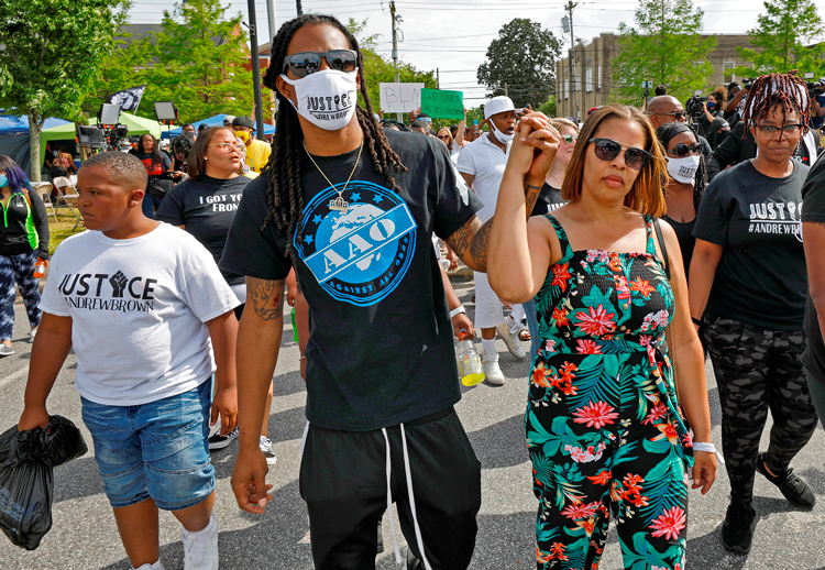 Protest in Elizabeth, N.C., May 2 against cop killing of Andrew Brown Jr. Holding hands together in the air in front are Brown's son, Khalil Ferebee and his mother, Mia Ferebee.