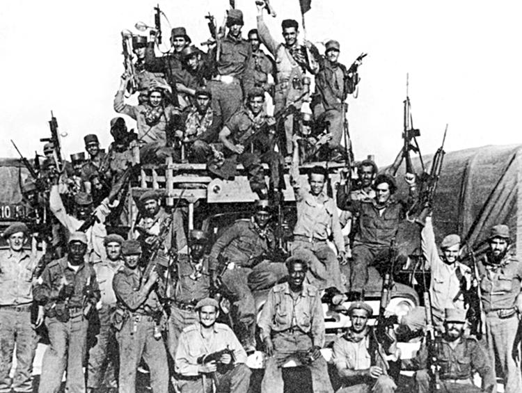 Des membres des milices cubaines célèbrent la défaite de l'invasion de la baie des Cochons. Tous savaient l'invasion imminente, alors je voulais aider, a dit Jack Barnes, qui se trouvait à Cuba en 1960. « Ta tâche, c'est de retourner chez toi, » lui a dit un commandant de milice, « afin de trouver des gens comme toi et de faire une révolution aux États-Unis. » Barnes est le secrétaire national du SWP.