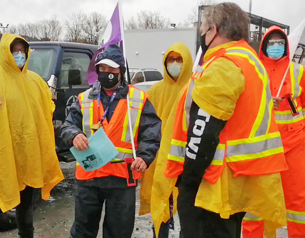 Striking packinghouse workers picket Olymel cut and kill plant in Vallee-Jonction, Quebec, April 30. Over 1,000 unionists walked out in fight for new contract, wage raise and respect.
