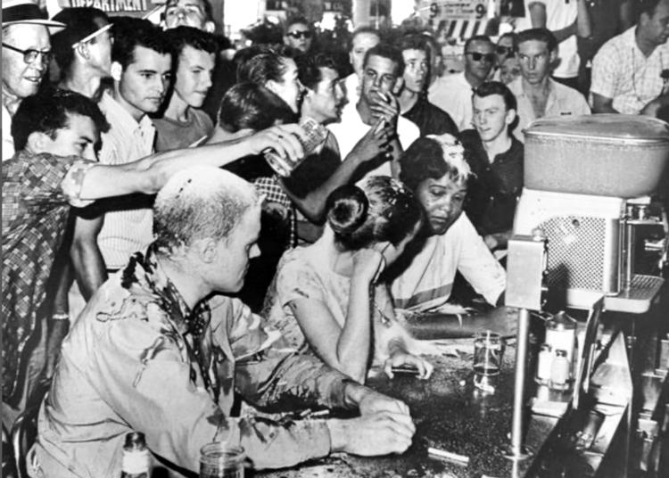 La révolution cubaine a commencé pendant que se développait une mobilisation de masse pour mettre fin à la ségrégation de Jim Crow aux États-Unis. Ci-dessus, des racistes s'en prennent à trois combattants pour les droits civiles assis à un comptoir de Woolworth à Jackson au Mississipi, le 28 mai 1963. Plusieurs jeunes avec une conscience révolutionnaire commençaient à s'identifier à l'attitude morale et politique de classe de la révolution cubaine.