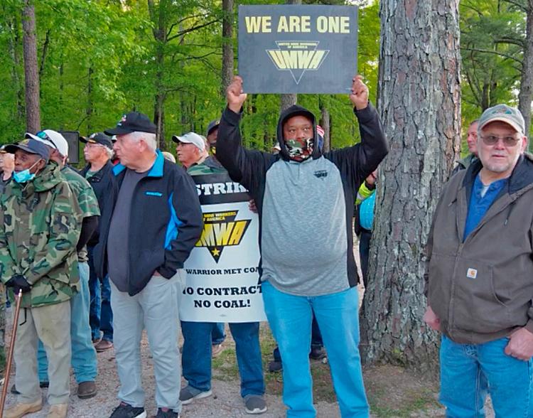 Huelguistas miembros del sindicato minero UMWA y sus partidarios se unen para celebrar su tercera manifestación semanal el 5 de mayo en McCalla, Alabama.