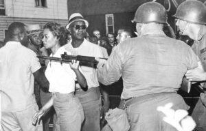 Candidato del PST para alcalde de Minneapolis Doug Nelson, recuadro. La campaña explica que las protestas por los derechos de los negros en 1964 en Cambridge, Maryland, dirigidas por Gloria Richardson (arriba), forjaron la solidaridad y redujeron el crimen.