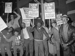 Obreros en huelga en General Motors en Detroit, sept. 14, 1970, cuando la inflación estaba devastando sus salarios. Exigieron aumentos por costo de vida a la par de los aumentos de precios.
