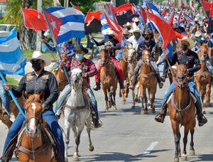 Caravana de 2 mil personas en caballos, patines, bicicletas y carros el 30 de mayo en La Habana contra la guerra económica de Washington contra Cuba.