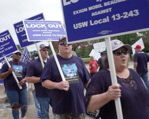 """Trabajadores en lucha contra cierre patronal de ExxonMobil protestan frente a sede de la empresa en Irving, Texas, mayo 26. """"Quieren destruir el sindicato"""", dijo el presidente del local."""