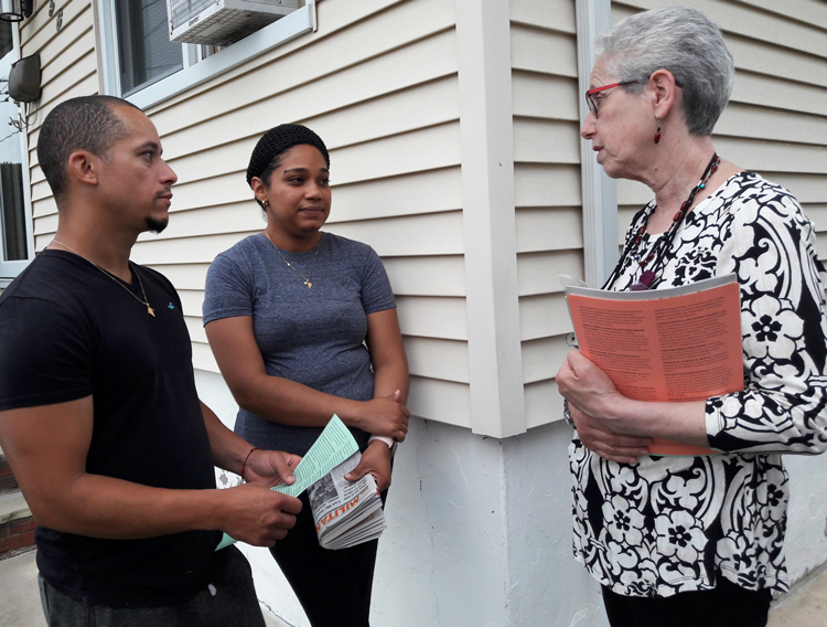 In Woodland Park June 13, Richard Beinabel and Yamilka Mendez told Joanne Kuniansky, right, Walmart worker running as SWP candidate for N.J. governor, they liked that she is independent of Democrats and Republicans. They got Militant, books on working-class politics.