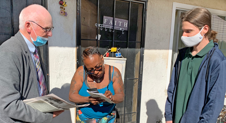 Joel Britton, SWP candidate for California State Assembly, and campaign supporter John Chandler talk to Nakeisha Williams in Oakland as she subscribes to Militant, June 11. Chandler will be attending his first SWP-sponsored Active Workers Conference.