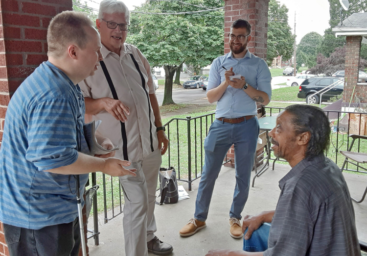 SWP campaigners, from left, Dave Perry, Ned Measel and Samir Hazboun talk politics with Ralph Robinson Jr., a Kroger store worker and member of UFCW union, in Cincinnati July 10.