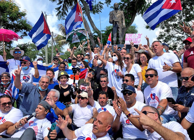 Opponents of U.S. economic war against Cuba at statue of Haitian independence fighter Toussaint L'Ouverture in Miami, part of send-off rally June 27 for participants in more than 1,000-mile walk to Washington, D.C., organized by Carlos Lazo and Puentes de Amor.