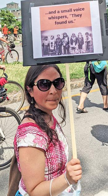 Miles se unieron a acto por derechos de los indígenas en Montreal el 1 de julio. Ira por el hallazgo de tumbas de niños lo hizo más numeroso.