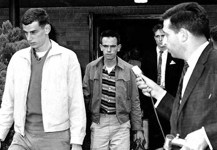 """Viajeros por la Libertad Ken Shilman (izq.), y Joe McDonald son escoltados fuera de """"sala de espera de color"""" en estación de autobuses Trailways en Jackson, Mississippi, 2 de junio de 1961. Centenares fueron arrestados. Recuadro, Jimmy Allen Ruth fue chofer de Trailways que se ofreció para manejar para los Viajeros de la Libertad desde Nashville, Tennessee, a Jackson."""