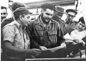 """""""La construcción del socialismo está basada en la capacidad de las masas para organizarse y dirigir mejor la industria, la agricultura y la economía del país"""", dijo Che Guevara en agosto de 1962. Guevara (centro), visita fábrica en provincia de Pinar del Río, Cuba."""