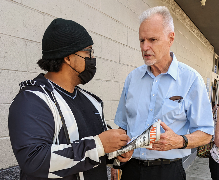 Dennis Richter, right, SWP candidate for governor of California, talks to Noble Kaus at San Leandro Walmart store Aug. 22. Richter urged Kaus, who works at a union-organized chocolate factory, to join in bringing solidarity to workers facing lockouts and strikes today.