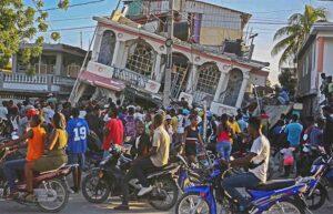 Personas congregadas frente al hotel Petit Pas, tras sismo el 14 de agosto en Les Cayes, Haití. Empobrecidos por saqueo imperialista, miles murieron, quedaron lesionados o desamparados.