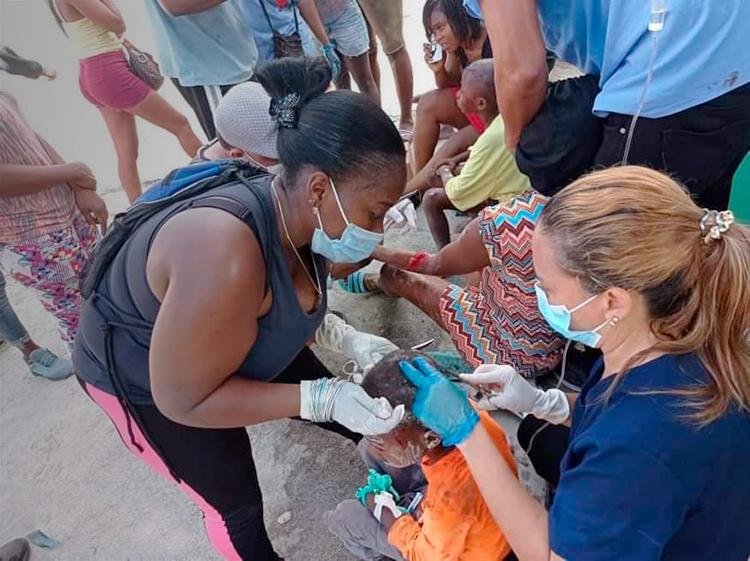 Médicos cubanos voluntarios tratan pacientes en suroeste de Haití tras terremoto. La misión internacionalista cubana, que cuenta con 253 trabajadores de la salud, ha estado allí por 22 años.