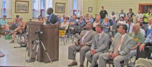 """Malcolm Jarrett, candidato del PST para vice presidente en 2020, habla en audiencia en 2019 en Allegheny sobre contaminación por la empresa U.S. Steel. """"Trabajadores deben luchar por el control de la producción para detener el envenenamiento de los trabajadores y la comunidad"""", dijo."""