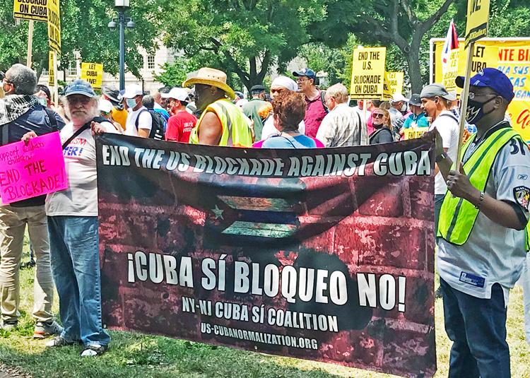 Manifestantes cerca de la Casa Blanca el 25 de julio exigen fin de guerra económica contra Cuba. Los derechistas piden la intervención de Washington.