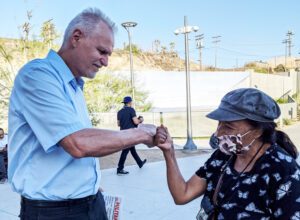 """Dennis Richter, Socialist Workers Party candidate for California governor, talked with Eustolia Guerrero at border crosswalk between San Diego and Tijuana, Mexico, Sept. 11. Response to SWP campaign """"shows how hungry workers are to debate a road forward,"""" Richter said."""