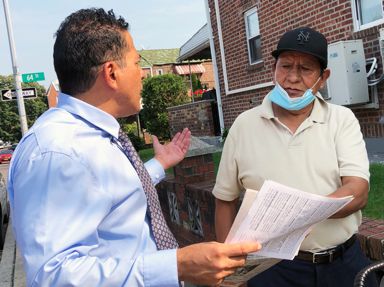 Róger Calero, SWP candidate for New York mayor, discusses disaster for workers from tropical storm flooding with Luis Rosas, retired maintenance worker in Woodside, Queens, Sept. 12.