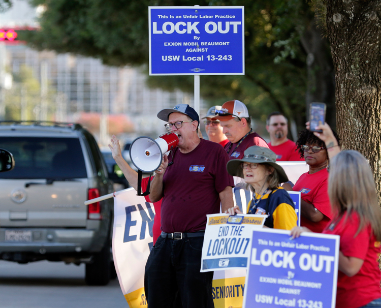 Locked-out unionists from ExxonMobil refinery in Beaumont, Texas, picket in Houston Aug. 18, getting out facts on oil bosses' demands for concessions that gut seniority, divide workers.
