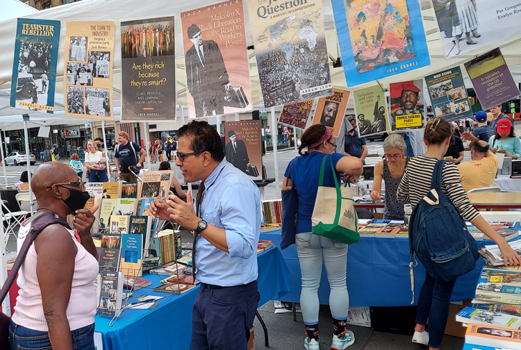 At Brooklyn Book Fair Oct. 3, Róger Calero, SWP candidate for New York mayor, discusses party program. Volunteers sold 25 Militant subscriptions, 50 books, got donations to SWP fund.