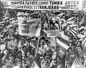 Manifestación en La Habana en 1960 en apoyo a nacionalización de propiedades imperialistas por el gobierno revolucionario. Los trabajadores se movilizaron para tomar control de las fábricas, contribuyendo a su conciencia de clase, haciendo suya la revolución.